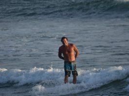 Con il surf e il sorriso cavalco le onde della vita
